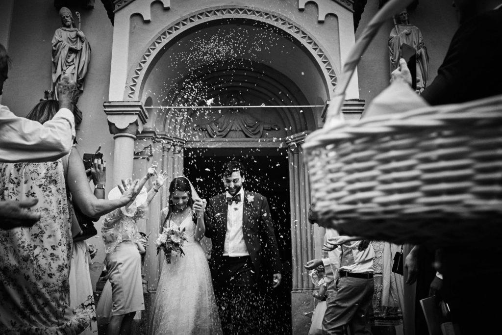 gli sposi escono dalla chiesa dopo il matrimonio