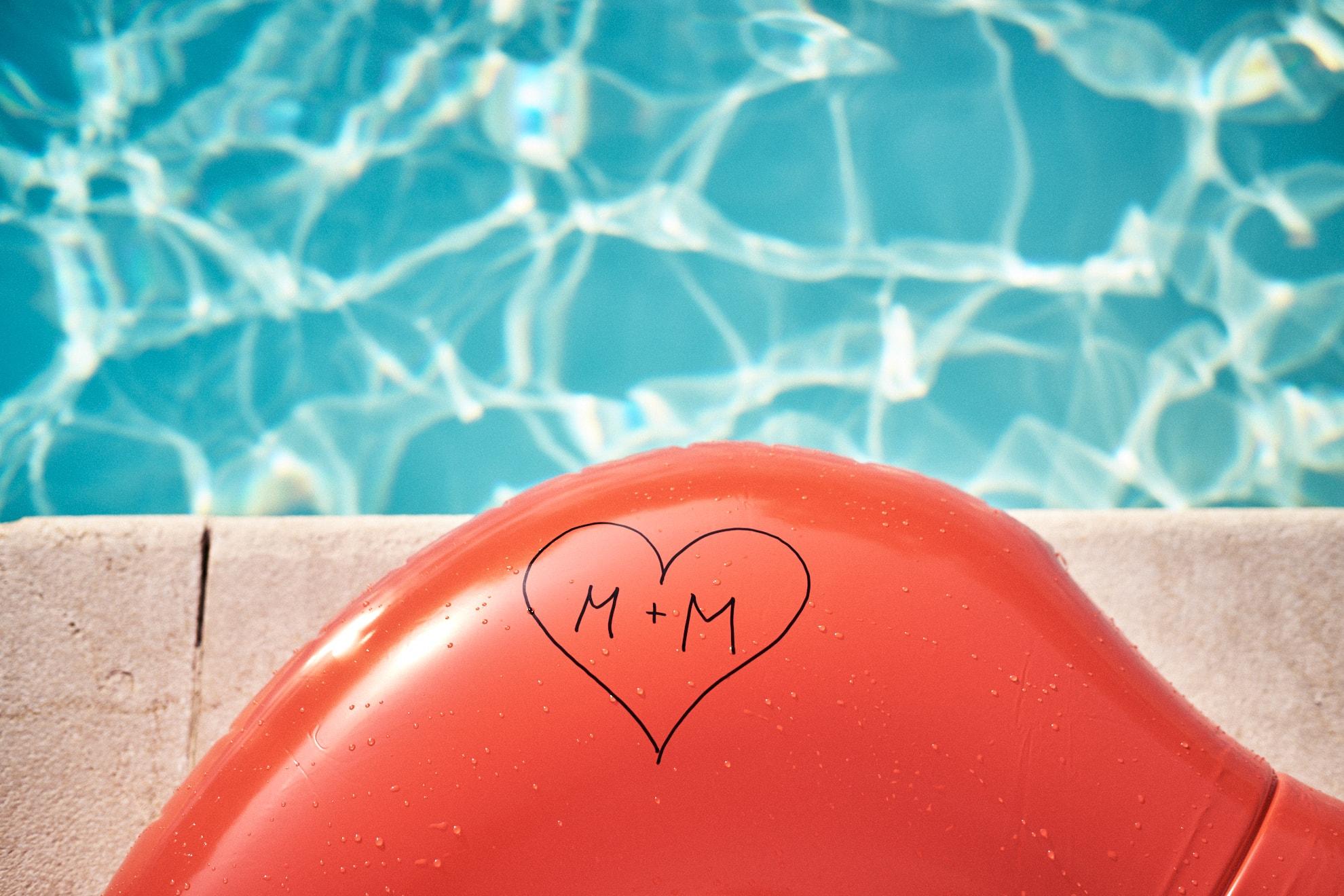 gonfiabile a bordo piscina con nomi sposi