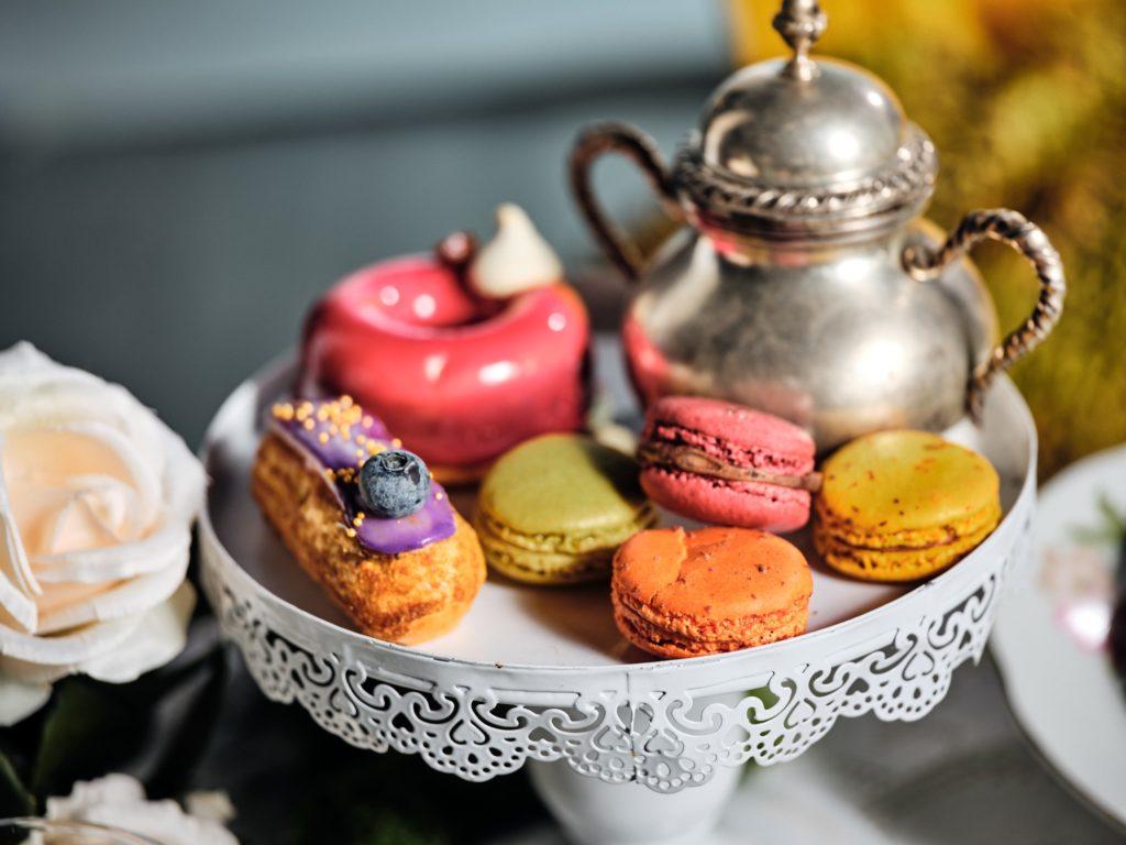 alzata vintage con dolci mignon e macarons matrimonio pasticceria zaffiro