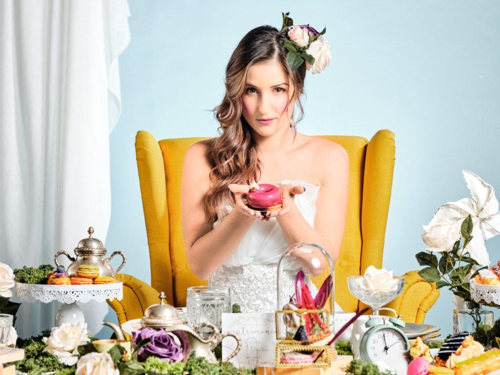 Sposa con dolci di matrimonio alice nel paese delle meraviglie