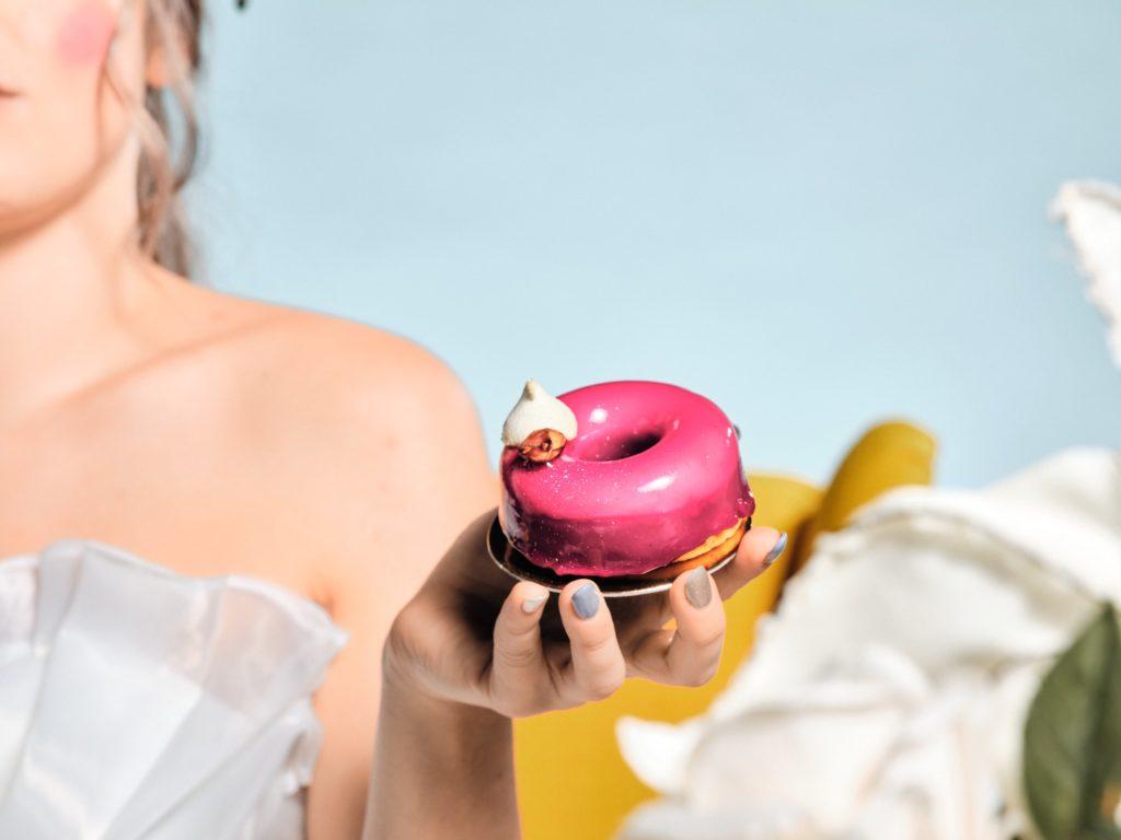 dolci mignon di matrimonio in mano alla sposa tema alice nel paese delle meraviglie vintage